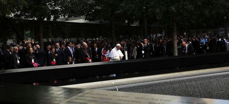 Le pape François se recueille devant le mémorial du 11 Septembre, vendredi à New York.