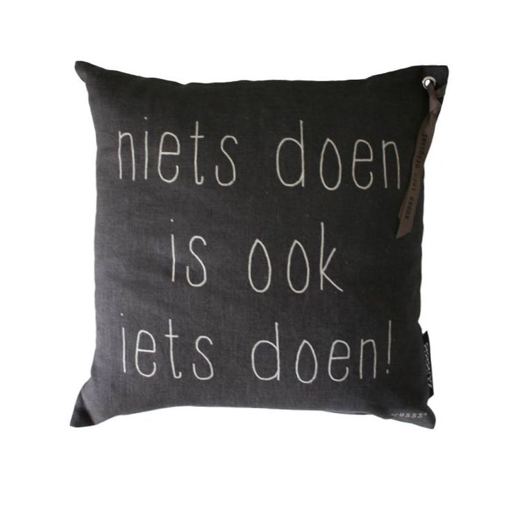Zusss Kussen tekst off-black 'niets doen is ook iets doen', 43x43cm Verkrijgbaar bij www.label123.nl