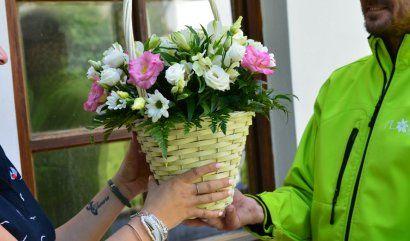 kurýr předává květinu