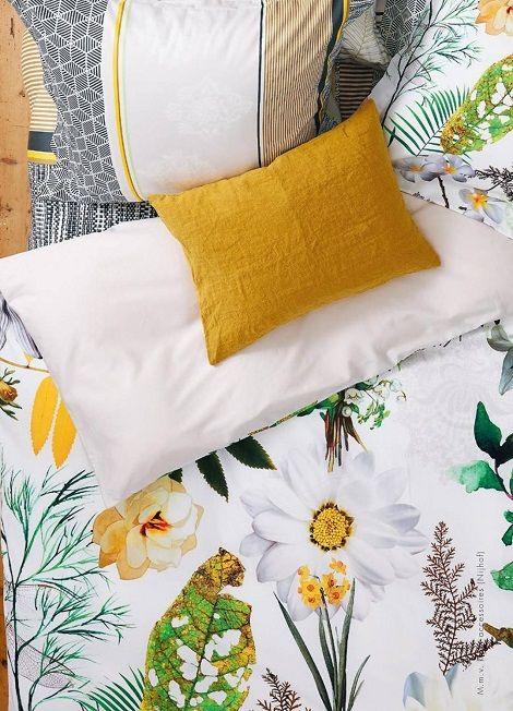 Vandyck dekbedovertrek Muse, katoensatijn. Kleur: wit , geel. Dessin : bloembollen, bladeren    Bedtextiel bij Slaapkenner Theo Bot Dorpsstraat 162   Zwaag
