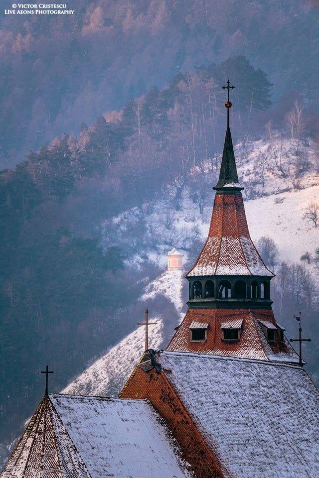 Biserica Neagră în prim plan, iar în depărate troiţa din Prund Foto: Victor Cristescu / Live Aeons Photography  #romaniaazi #biserica #neagra #peisaj #iarna #munte