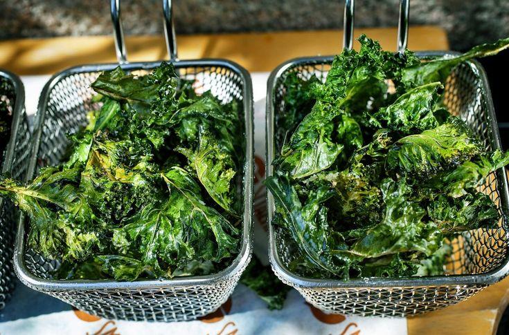 Har du lyst på noe litt salt og godt, men helst ikke så mange kalorier? Da er grønnkålchips en perfekt løsning - det er i tillegg veldig sunt!
