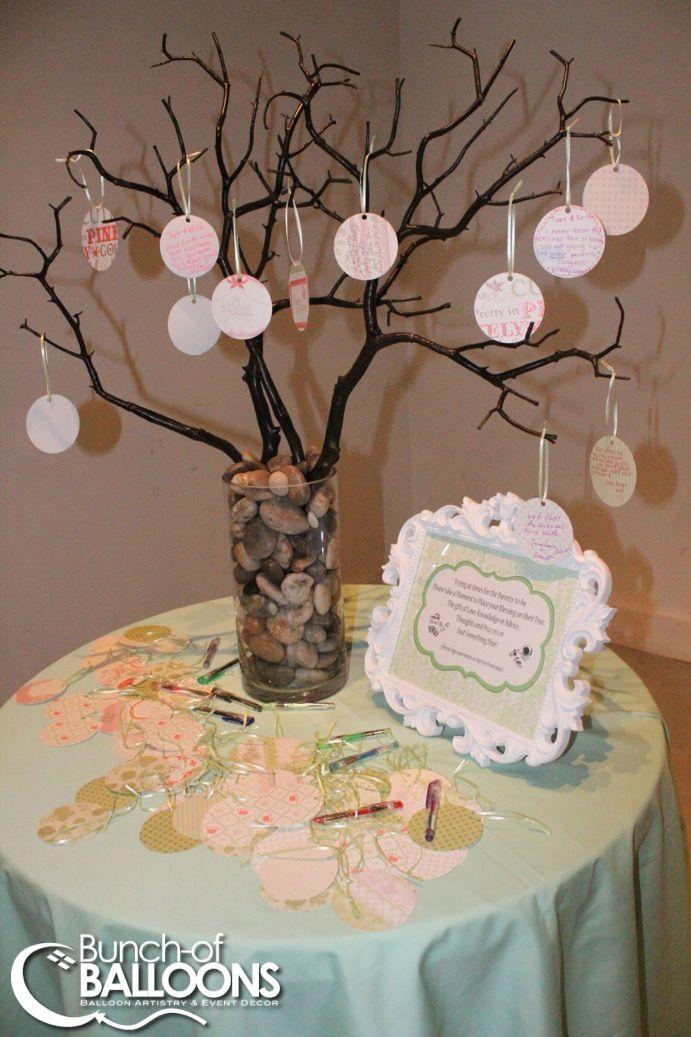 En cada circulo de papel que cuelga del arbol, cada invitado escribe una oracion ( de orar), para el bebe y la familia, y lo cuelgan en el arbol.
