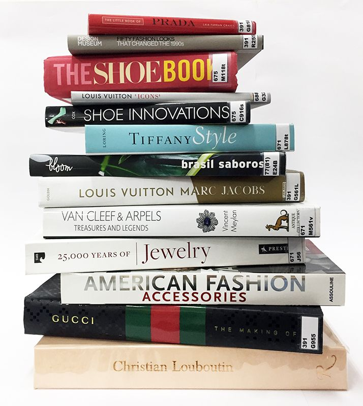 Novos livros de calçados, bolsas e joias da biblioteca.