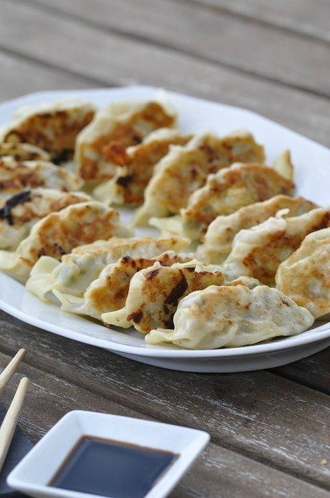 Je suis une grande adepte de la cuisine asiatique, parfumée, variée. A la maison, nous apprécions tous les petits plats exotiques que je décline bien sûr à ma façon. J'aime beaucoup les gyoza, raviolis japonais à la forme froncée. Je les ai découvert...