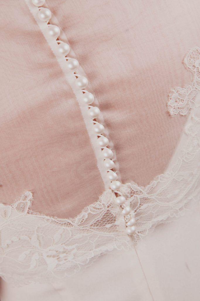 Ensemble de mariée avec une robe droite et un sur top en organza et dentelle, réalisé sur mesure par une créatrice à Lyon. Modèles Théa et Elodie Boutons en nacre dans le dos et dentelle cousue à la main