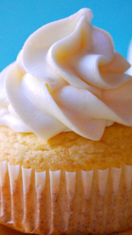 Twinkie Cupcakes ~ These sweet and fluffy cupcakes feature a moist, buttery yellow cake filled with a sweet marshmallow cream filling and topped with marshmallow buttercream... Like the classic snack cake but BETTER!