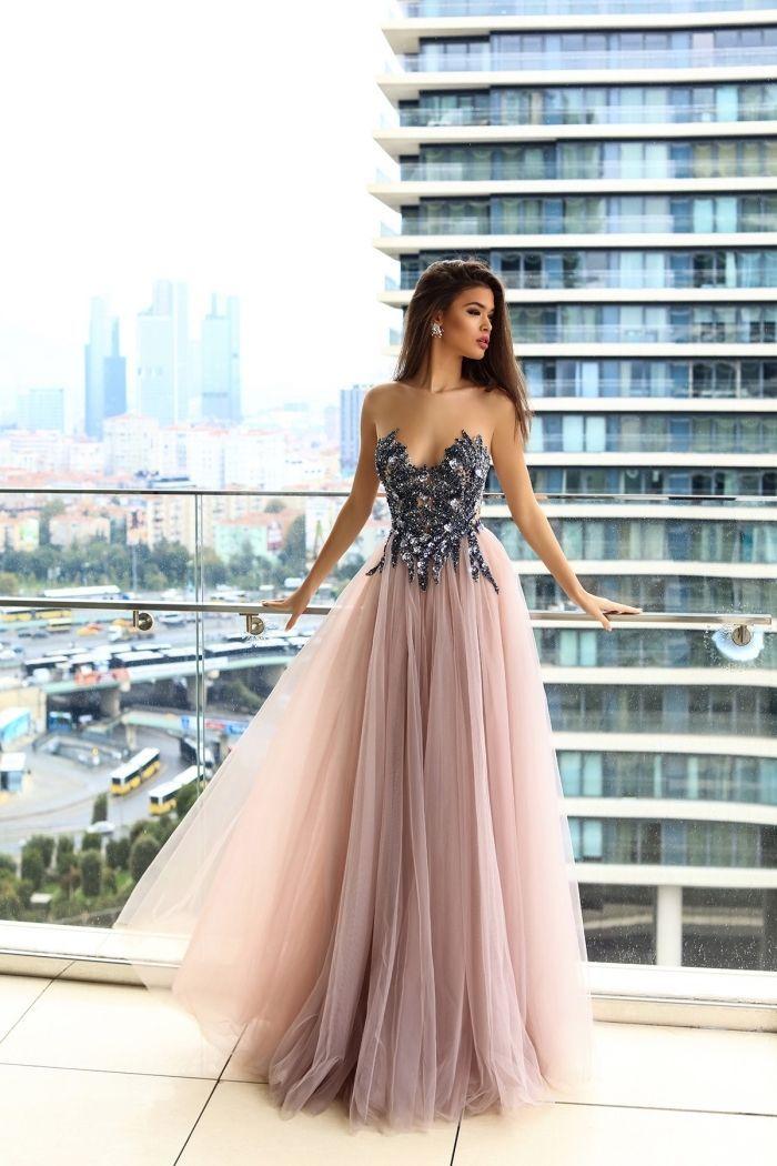 bec69201350 look de princesse avec une robe rose et argent à jupe en tulle rose poudré  et haut design florale avec embellissement en cristaux