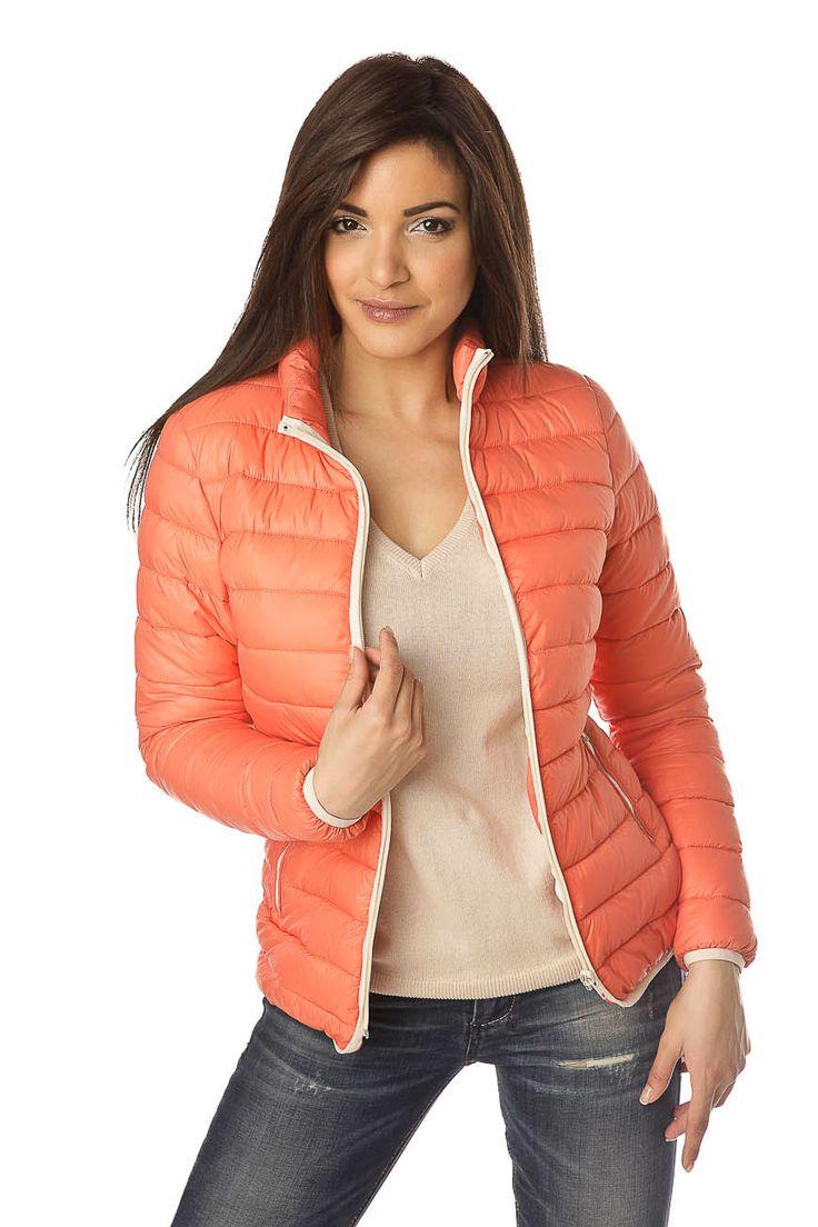 Doudoune femme orange en nylon possèdant une doublure délicate en polyester. Sa fermeture éclair blanche contraste jusqu'au col montant très féminin.