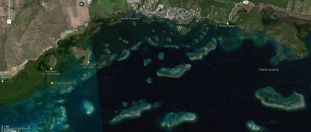 La Parguera, c'est ça, à l'extrémité ouest de la côte sud de Porto Rico, un dédale incroyable de hauts fonds, de récifs, d'îlots, de mangrove, de mouillages, devant le village lui-même, inaccessible aux voiliers faute de profondeur. Il y a aussi une baie bioluminescente, mais ça n'a rien donné pour cause de pleine Lune cette nuit de début avril. Les Portoricains viennent passer la soirée là avec leur embarcation, de toute taille et de tout type, dans un des multiples mouillages, face à une…