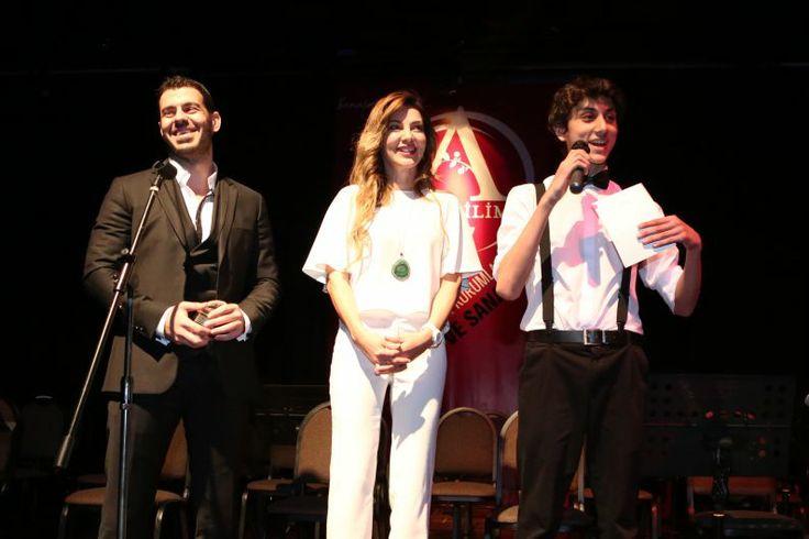 """Ayrıca Serkan Kılıç, Anabilim Eğitim Kurumlarının bir başka sosyal sorumluluk projesi """"Özel Bir Şans""""ta yer alan Oyuncu Sema Öztürk'e de teşekkür plaketi verdi."""