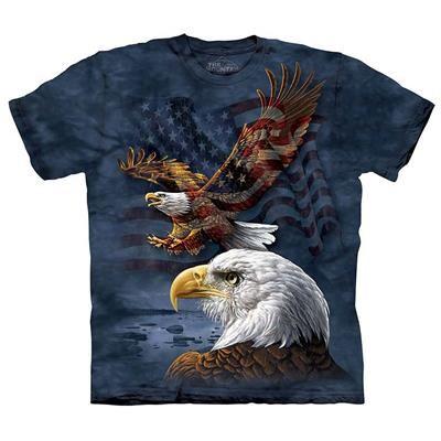 299.00 DKK. US flag & Eagles T-shirt. Unisex T-shirt i en god kraftig kvalitet fra Amerikanske The Mountain, til dig som elsker tøj med Stars and Stripes, to Amerikanske bald eagles og det Amerikanske flag er trykt på forsiden.  Denne T-shirt er fremstillet i USA / Mexico og lavet af 100% bomuld, den har dobbelte forstærkede sømme over det hele for at give T-shirten maksimal styrke og levetid.