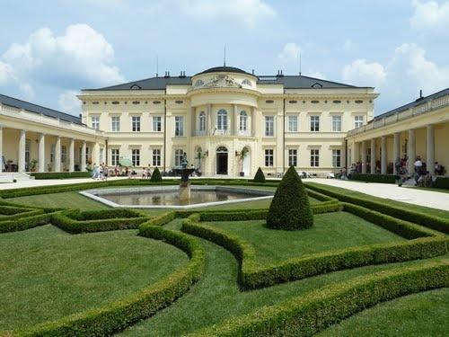 """Das Károlyi-Schloss in Fehérvárcsurgó, wo Jahr für Jahr das Streichquartett-Festival """"Quartettissimo"""" stattfindet."""