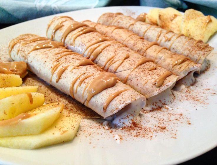 Crepe con farina d'avena, yogurt greco e cannella con topping con burro d'arachidi
