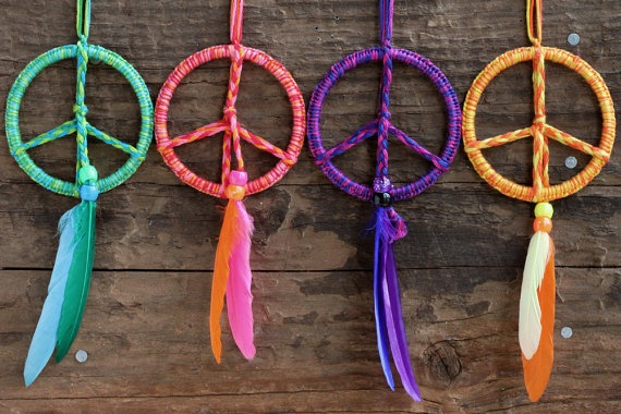 Lovin' these hippie peace sign ornaments that look like dream catchers