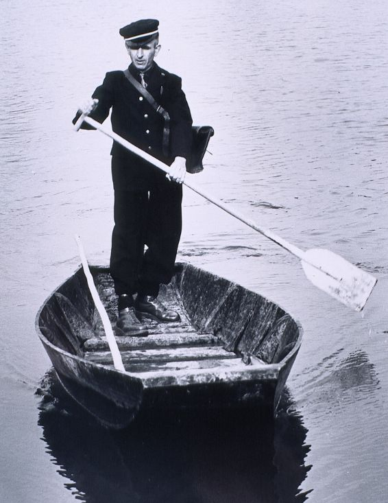 1965 - Facteur en barque, lieu non identifié cote FL 374 PAR 849 © L'Adresse Musée de La Poste, Paris, DR.