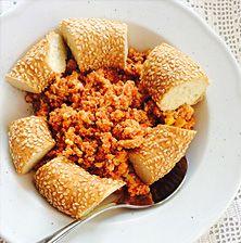 Στην Μύκονο το φαγητό αυτό το λένε «ήλιο» λόγο προφανώς του εξαιρετικά λαμπερού χρώματος που έχει από τις ώριμες γλυκές Αυγουστιάτικες ντομάτες. Πάντως η πιο κοινή του ονομασία είναι στραπατσάδα και συνήθως εμπλουτίζετε με λίγη φέτα τριμμένη