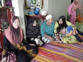"""AL-FATIHAH. SAYU : PESAN TERAKHIR PADA ISTERI .. KALAU SAYA TIDUR TOLONG KEJUT SAYA .. DIA MAUT MELECUR TERBAKAR (12GAMBAR)   KOTA BHARU : """"Kalau saya tidur tolong gerak (kejutkan) saya pagi esok"""" pesan mangsa kemalangan motosikal berkuasa tinggi Mohd Hasidan Rosli 30.  Isterinya Nashila Sukarno 27 berkata dia terkejut selepas dimaklumkan suaminya meninggal dunia dan segera teringat pesanan berkenaan.  """"Kami keluar ke Pantai di Bachok bersama-sama anak petang sebelum kemalangan semalam…"""