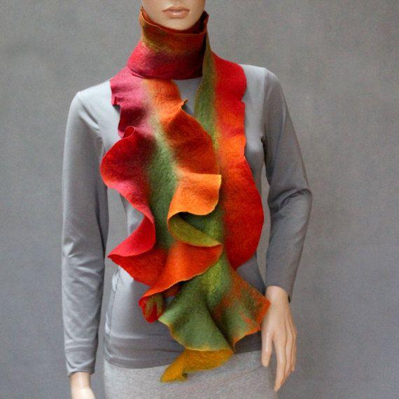 Veelkleurige Handmade vilten sjaal lange Ruffle Jabot halswarmer. Rode, groene, gele, donker rood.  Golven van verschillende kleuren maken het effect van een bilaterale sjaal.  Deze prachtige sjaal was hand vilten vanaf fijne Australische merino wol en vezel zijde. Ik gebruik een zeer zachte vilten techniek, die de natuurlijke eigenschappen van de wol bewaart. Natuurlijke wol bezit antibactial en anti-inflammatoire eigenschappen, evenals verzachtende lanoline. Een uitstekende isolator bij…