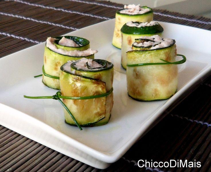 Rotolini di zucchine con mousse al cotto (ricetta fingerfood). Ricetta aperitivo fingerfood o antipasto light a buffet: rotolini di zucchine grigliate