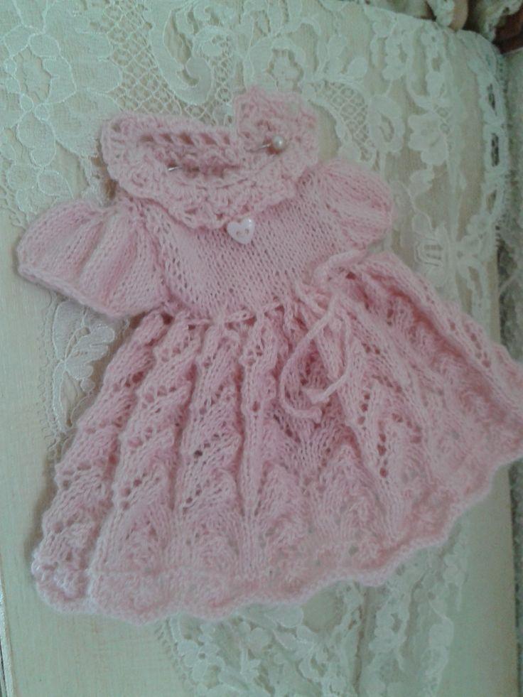 Klein roze ajourgebreid jurkje