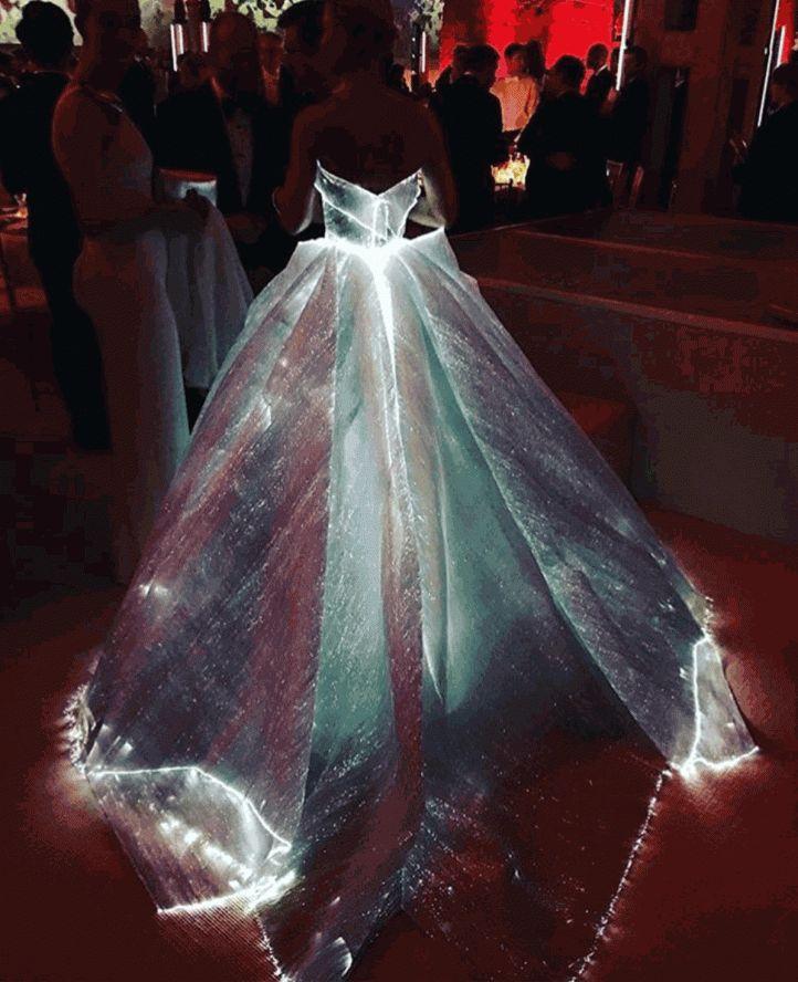 Claire Danes usa vestido iluminado de Zac Posen no Met Gala 2016