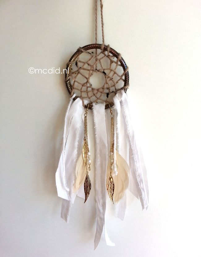 DIY dream catcher with tutorial. DIY dromenvanger. Inclusief Nederlandse uitleg.