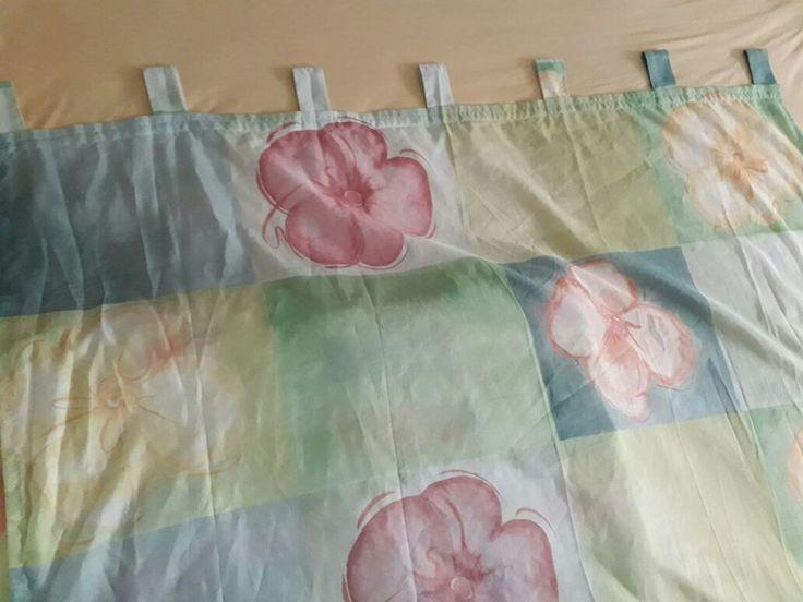 Drei Schlaufengardinen mit Blütenmuster