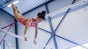 """""""Oi, hun er så flink"""", lyder det fra de norske turnerne mens de ser Cenyu Wang (12) vise frem sine turnferdigheter. Den kinesiske jenta vant nylig ungdomsmesterskapet i Kina."""