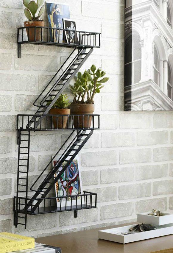 Simplesmente demais a ideia destas prateleiras! A Urban Shelf é uma réplica em miniatura das conhecidas escadas de incêndio externas de prédios das grandes cidades (gringas). Quantos filmes de ação você não viu em que elas estiveram presentes, hein?! Pois bem, se por aqui elas não são tão comuns, na parede de casa ficariam perfeitas! Feitas em aço, o conjunto mede 30,5 cm de largura x 64,8 cm de altura x 9,5 cm de profundidade