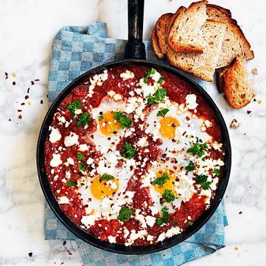 Shakshuka är en spännande frukosträtt med tomat och ägg från Mellanöstern – suverän även till lunch, brunch eller middag. Här förenklar vi den matiga allt-i-ett-rätten med en färdigkryddad tomatsås. Sug upp den goda såsen med ett minst lika gott bröd!