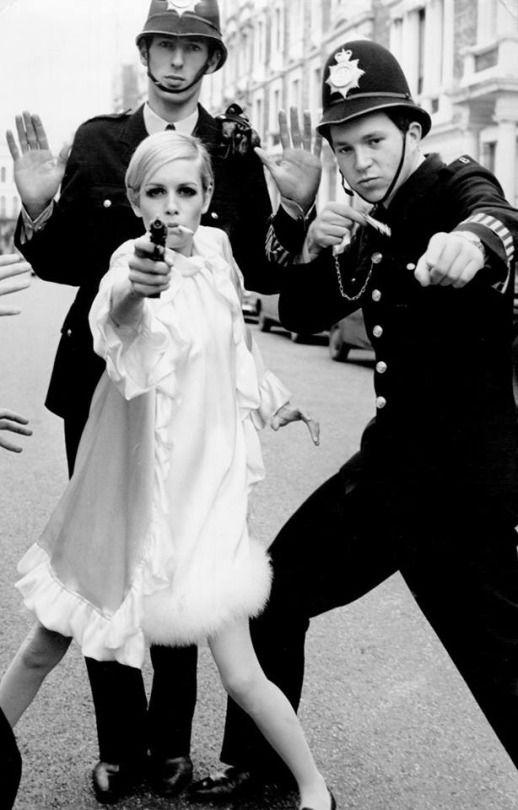 STOP! Twiggy photographed by Gunnar Larsen, January, 1967. Na moda da década de 60 surge uma mulher androgena, sem formas, cabelos curtos,muito magras e com traços masculinos. É uma mulher diferente, e não tem que exibir a sua sexualidade, passam-se a usar as maquilhagens sóbrias com as pestanas e pálpebras sobrecarr