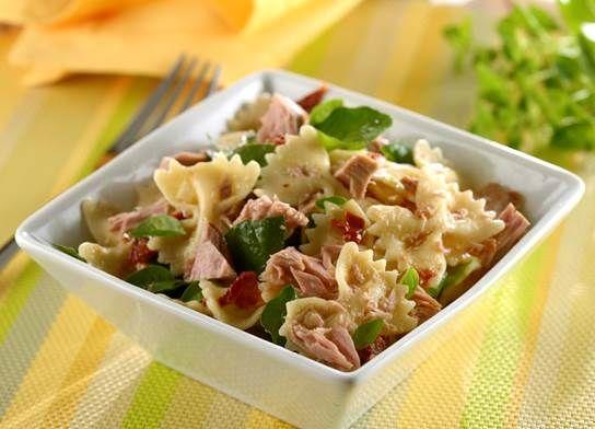 Salada de macarrão com atum,tomate seco e rúcula