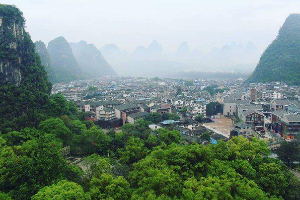 Китайская првинция Гуйлинь (места Гуйлинь и Яншо) как с картинки: в реках вода бирюзового цвета, не высокие зеленые горы, кругом заросли бамбука. Так еще в апреле постоянно идут небольшие дожди и стоит туман, сквозь который светят китайские красные фонари