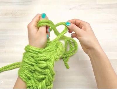 Sticka utan stickor! Så tillverkar du en varm och snygg halsduk på endast 30 minuter genom att bara använda händer och armar.