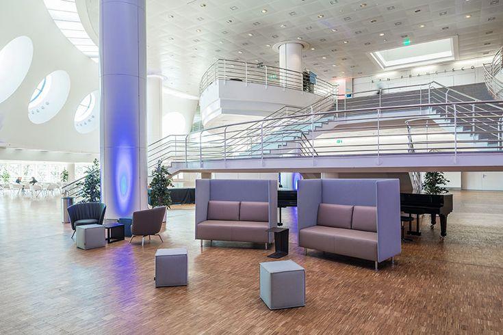 Kongresszentrum in schlichtem Charme bewusst verspielt, kombiniert mit Möbeln nach Wunsch.