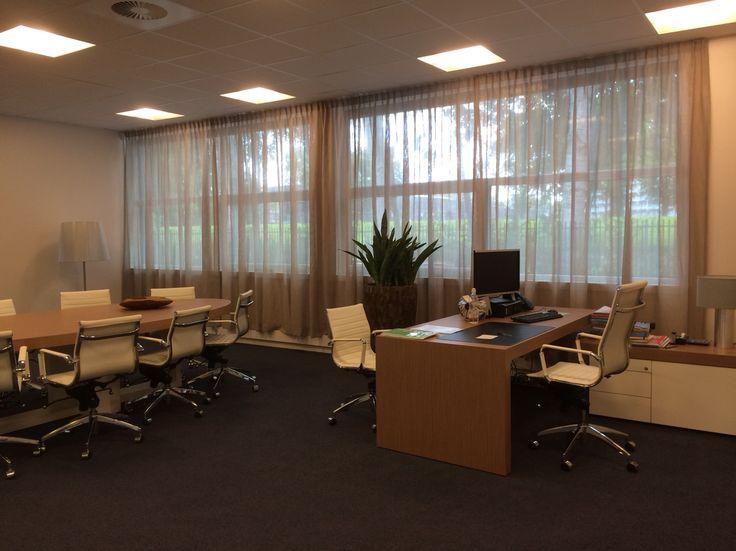 www.kniphal.nl  Opmaat gemaakte gordijnen. Linnen inbetween voor een kantoorruimte.
