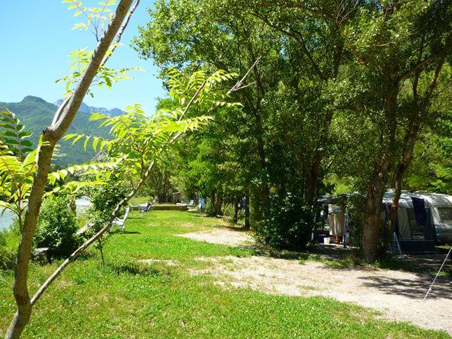 Staanplaatsen aan de oever van de rivier, camping In de Drome