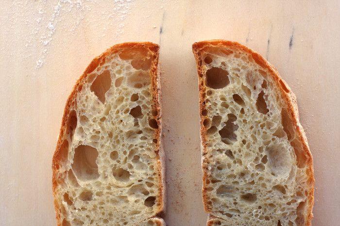 Un auténtico pan de bollo gallego es un monumento. En todos los sentidos. Lo es en el gastronómico y también lo es, para los que jugamos a las evocaciones, en lo escultórico. Si uno se para a pensarlo, esos grandes panes, alveolados, con huecos de buen diámetro en su miga, no son otra cosa que escul