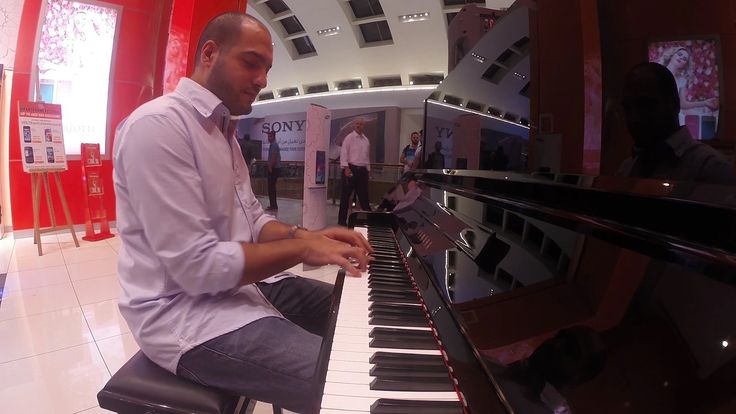 Amazing Pianist surprises people at a mall.