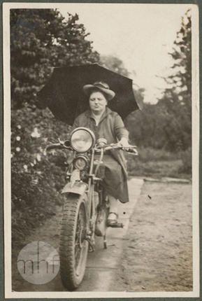 Branice, Helena Kosińska siedząca na motorze, portret, w tle park dworski, lata 30