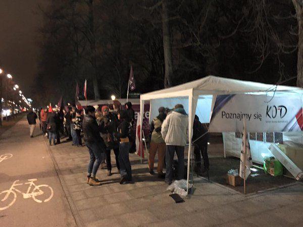 KOD @Kom_Obr_Dem   Pod KPRM trwa protest w sprawie odmowy publikacji wyroku TK. Do #PartiaRazem dołączył #KOD.  /fot. via @grzechulek/