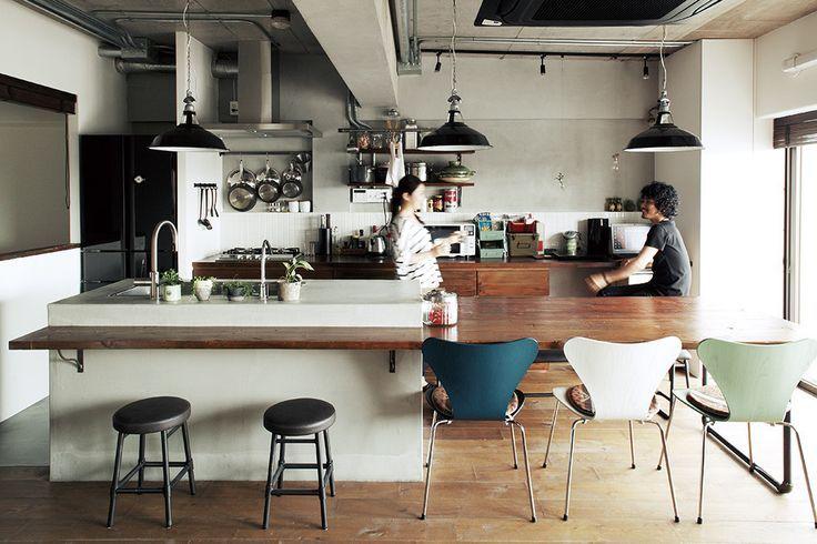 モルタル+木と鉄脚テーブル。 素材感あふれるキッチン空間   スミカマガジン   SuMiKa