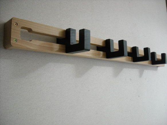 シンプルで機能的、壁付けコートハンガー。フックは取り外し・スライドするので、フックの数や位置調整をお好みでできます。(付属フックの数は4個です。)(木製なので...|ハンドメイド、手作り、手仕事品の通販・販売・購入ならCreema。