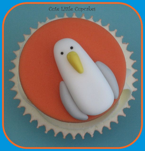 Heidi Stone over at Cute Little Cupcakes did a bang up job on this Finding Nemo Seagull Cupcake  from: disneyeveryday.com