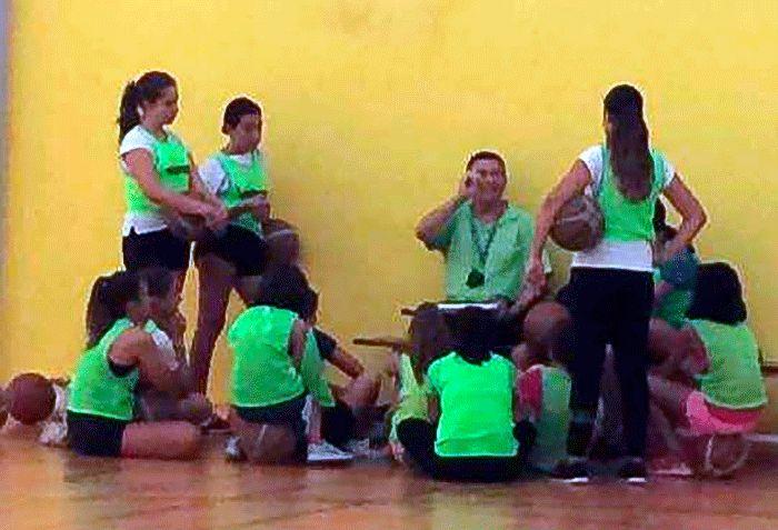El nuevo equipo infantil de baloncesto femenino delCB Vélezdebuta este sábado en competición contra el rival más difícil que se podría encontrar, elUnicaja.En ambos casos son equipos nuevos, el de Vélez se inscribe en la competición muchos años después de que la sección femenina desapareciera de las canchas veleñas.   #deportes #femenino #velez