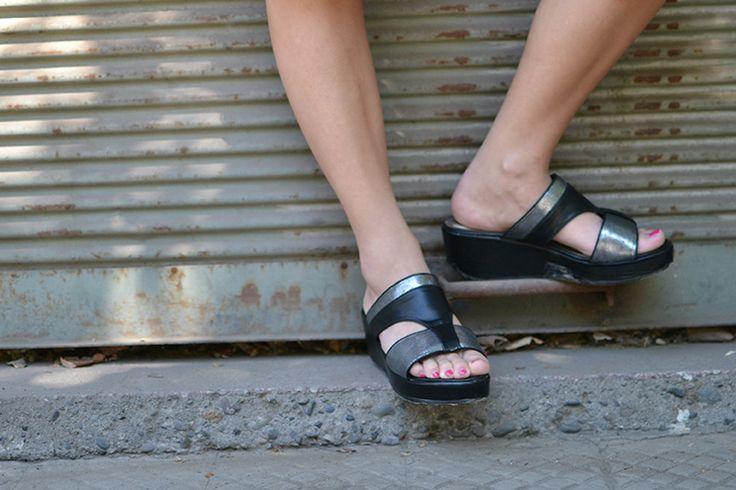 Sandalia negra/plateada con plataforma, Eda Manzini.