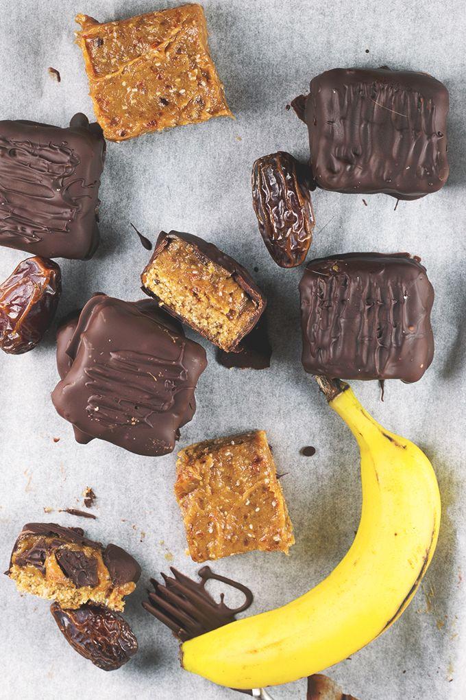 Homemade Raw Vegan Twix Bars with Banana Date Caramel. Crisp chocolate coating with a sweet and gooey Banana Caramel center. 100% Guilt Free | Gluten Free | Raw | Vegan | Nut Free #vegan #glutenfree #veganrecipes #healthy #dessert #twix #candy #chocolate #nutfree