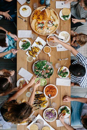 """みんなで一品ずつ料理を作って持参する""""持ち寄りパーティ""""。「どんな料理が出てくるか分からない」とパーティーがより楽しみになり、料理についての会話も弾みます。急なパーティーでも、「自分ならこれ!」という得意メニューをいくつか用意しておくと安心♪"""