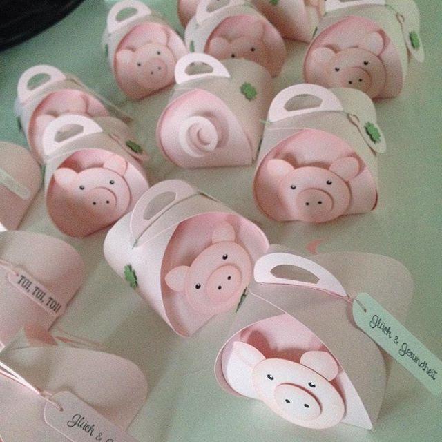 Die Vorbereitungen für den Kreativmarkt laufen. Glücksschweinchen